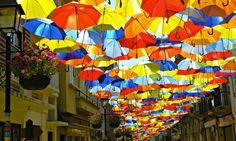 Installation de parapluies dans la ville d'Águeda au Portugal