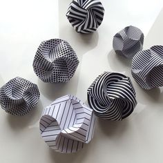 Paper baubles, made by three folded paper strips that almost magically plop in p. - Paper baubles, made by three folded paper strips that almost magically plop in place to form a ball. Kirigami, Origami Ball, Christmas Paper Crafts, Christmas Origami, Diy Christmas, Christmas Baubles, Christmas Design, Christmas Decorations, Origami Design