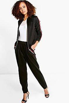 ¡Cómpralo ya!. Isobel Stripe Detail Trouser. Los pantalones son una alternativa más elegante al corte skinnyEsta nueva temporada, los pantalones vienen con cortes más desenfadados: los deportivos marcan tendencia y la pata ancha nos va a sorprender. Elige unos pantalones palazzo estampados para un estilo espectacular durante el día y dale un toque desenfadado con una sudadera básica, o atrévete con el estilo andrógino con unos pantalones pitillo y unas zapatillas deportivas desgastada...