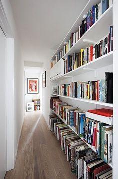 Une bibliothèque dans un couloir long et étroit http://www.homelisty.com/decoration-couloir-long-etroit/