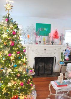 Kleurrijke kerst, een vrolijke boel met kerstversiering in alle kleuren van de regenboog.