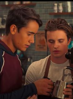 Hulu's Love, Victor Promises a Sweet Coming-of-Age Story With Lots of Unrequited Pining Movies Showing, Movies And Tv Shows, Series Movies, Tv Series, Love Simon Movie, Becky Albertalli, Saga, Movie Couples, Harry Potter Love