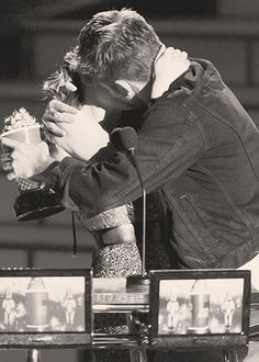 Kristen Stewart and Robert Pattinson win Best Kiss at the 2010 MTV Movie Awards