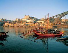 Porto vaut bien plus qu'un apéro   Via France Info   7/04/2016 Cap cette semaine sur Porto au Portugal. Avec Lisbonne, Porto profite du record historique du nombre de touristes venus l'an dernier découvrir le pays. Soit 10,2 millions de visiteurs étrangers, dont deux millions de Français. #Portugal
