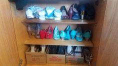 Sapatos (depois) Na falta de organizadores, utilizei caixas de papelão mesmo, não fica tão bonito, mas, garante a organização