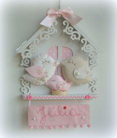Enfeite Maternidade Casinha Passarinho com aplicação de feltro e tecido e nome bordado!