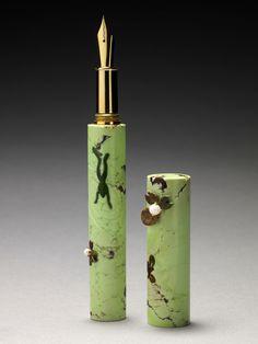 Hervé Obligi - Stylo plume, marqueterie de pierres dures / Fountain pen, hard stones marquetry. Chrysoprase citron, jade nephrite, jaspe indien, perles de culture, or.