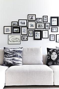 mur de cadres noir et blanc salon