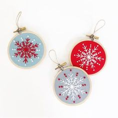 Embroidered Christmas Ornaments, Christmas Embroidery Patterns, Christmas Ornaments To Make, Snowflake Ornaments, Modern Embroidery, Embroidery Hoop Art, How To Make Ornaments, Christmas Crafts, Vintage Embroidery