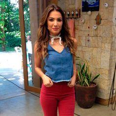 patricia-poerta-look-bandana-regata-jeans-calca-vermelha