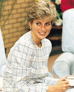 11 October Princess Diana drink a cup of coffee at a visit to Milestone House Hospice for Aids in Edinburgh, Scotland. Princess Diana also wore this mint green checked suit in Princess Diana Photos, Princess Diana Fashion, Princess Charlotte, Princess Of Wales, Spencer Family, Lady Diana Spencer, Queen Of Hearts, Duchess Of Cambridge, British Royals