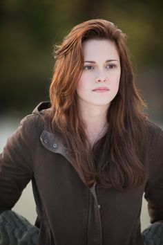 Bella Swan alias Kristen Steward, ne cesse de tripoter ses cheveux dans tous ses films, se cachent aussi souvent derrière sa masse épaisse. Ses reflets roux vibrant rajoutent un côté mystérieux qui en a fait la parfait héroïne de la saga Twilight.  www.veuch.com, votre coiffeur privé
