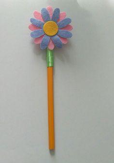 matita rivestita con nastro,fiore realizzato con panno lencio .per info contattatemi via email rdlmcl@ hot mail.it