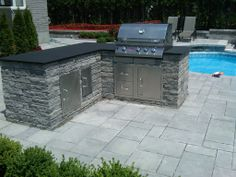 Inviting outdoor kitchen with Techo Bloc Escala Walls. Pool Remodel, Outdoor Living, Outdoor Decor, Home Interior Design, Natural Stones, Pools, Terrace, Patio, Kitchen