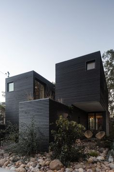Completed in 2017 in San Diego, United States. Images by Onnis Luque. A house and studio nestled into a unique canyon running through the city of San Diego. The canyon created an essence for the house to work around and...