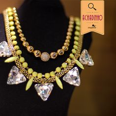 Olha nossa dica para um look moderninho de domingo!  Este é o maxi colar da Morana Acessórios. Uma mistura de neon com triangulos de cristais que vai fazer você arrasar!