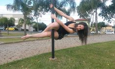 Alunas de Pole Dance vão às ruas para divulgar o esporte em Botucatu - Nos dois últimos finais de semana, 8 e 9 e 15 e 16 de outubro, o Pole Dance, modalidade onde realiza-se acrobacias em uma barra vertical, invadiu pelo quarto ano consecutivo as ruas, praças públicas e pontos turísticos de várias cidades brasileiras. A iniciativa da campanha nacional é da FBPOLE (Fe - http://acontecebotucatu.com.br/esportes/alunas-de-pole-dance-vao-as-ruas-para-divulgar-o-esporte-em
