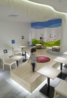 Materials and lighting of platforms in child play areas 「減法混色」