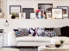 #Eleganz trifft #Style trifft #Gemütlichkeit: Die weiße #Couch verträgt durchaus #Farbe bei den #Zierkissen, die Wand schwarze Akzente in Form von Deko oder #Bildern.