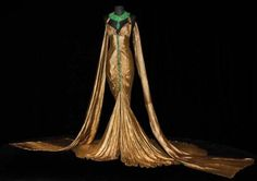 Gold lamé & emerald gown worn by Claudette Colbert in Cleopatra (Cecil B. 1930s Fashion, Edwardian Fashion, Art Deco Fashion, Vintage Fashion, Vintage Couture, Theatre Costumes, Movie Costumes, Awesome Costumes, Emerald Gown