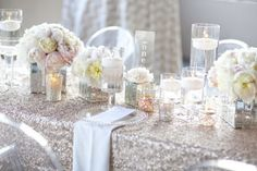 bouquets de fleurs tendres sur la nappe à paillettes argent sur la table mariage
