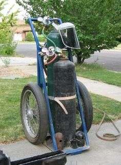 Homemade oxygen-acetylene cart constructed from rectangular tubing, steel plate, flat bar stock, and motorcycle wheels. Welding Cart, Welding Table, Metal Welding, Homemade Storage, Homemade Tools, Metal Projects, Welding Projects, English Wheel, Iron Tools