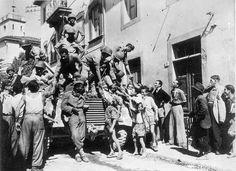 Brasil na Segunda Guerra Mundial  - Soldados da FEB sendo saudados por moradores de Massarosa, Itália, 1944.   http://www.historiailustrada.com.br/2014/04/fotos-raras-brasil-na-segunda-guerra.html#.VW9y4c9Viko