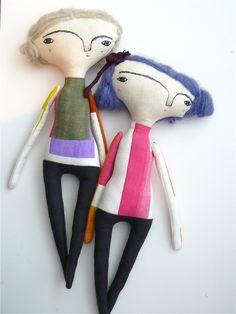 Muñeca realizada en lienzo de algodón. Pelo de alpaca y seda. Bordada a mano. Aprox 35 cm. Pelo azul y pelo rubio de AntonAntonThings en Etsy