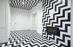 Ve vstupní hale překvapí černobílá kombinace keramických obkládaček na stěnách, podlaze i na stropě.