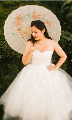 read more Vintage garden wedding & wedding picnic    http://www.itakeyou.co.uk/wedding/garden-wedding-london-wedding-photographer/      Photo : mikiphotography.info   retro bride