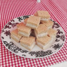 Super lækre mini tunmoussesandwich Da jeg var så heldig, at få lov til lave mad til Julies dag, hvor hun blev student, måtte jeg jo i tænkeboks for at komme op med nogle små lækre retter. Det blev blandt andet til disse lækre tunmoussesandwich i mini størrelse. Jeg har selvfølgeli....