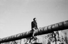 """""""Jeune homme enjambant le Mur, 11 novembre 1989"""" de Raymond DEPARDON - PHOTOGRAPHIE"""