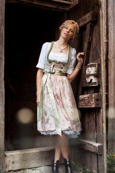 Ein Muster aus glitzernden Ornamenten steht im Mittelpunkt des Dirndls Sarah von Alpentrachten. Es sorgt für einen sehr eleganten Look und macht das Kleid damit zur idealen Wahl für schicke Events und Anlässe. Während die...