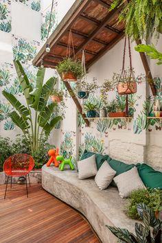 Casa NaToca 2018 - quintal by Fabiana Cyon Arquitetura com NaToca Paisagismo. Ilustração lambe lambe Pat Lobo / piso Haut Madeira (foto André Nazareth)