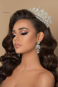 For that, we have unique hairstyles to make your wedding memorable. Hairdo Wedding, Bridal Makeup Looks, Elegant Wedding Hair, Wedding Hair Down, Bridal Hair And Makeup, Bride Makeup, Wedding Hair And Makeup, Glam Makeup, Quince Hairstyles