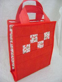 Bolsa porta lingerie feita em tecido dublado com dois compartimentos forrados com acoplado de nylon. Mede aproximadamente(fechada): 26cm de altura, 21cm de largura e 6cm de profundidade. R$ 99,00