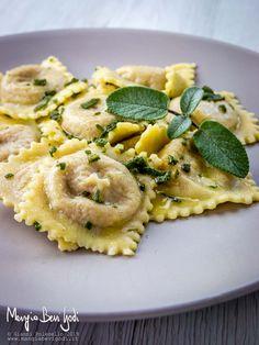 Ravioli con zucca, gorgonzola e noci Gorgonzola Pasta, Xmas Food, Pasta Recipes, Xmas Recipes, Tortellini, Antipasto, Pasta Salad, Macaroni, Risotto