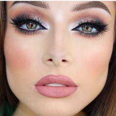 Pretty eyeshadow shimmer makeup