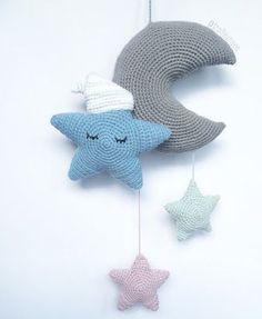 Materialer: Almindeligt bomuldsgarn i ønskede farver, = ca. 160 m (beregn … – Crochet 2020 Crochet Amigurumi, Amigurumi Patterns, Crochet Dolls, Crochet Patterns, Crochet For Kids, Diy Crochet, Knitting Projects, Crochet Projects, Crochet Mobile