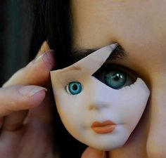Главное, всегда оставить после себя следы пребывания, за что отвечали обломки фарфоровых кукол: к ноге сломанная нога, к руке - рука, к глазу - кукольный глаз и так далее.