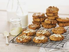 These deliciously sweet date and walnut oat cookies make a great morning or afternoon tea treat and are the perfect recipe for filling tins/lunchboxes Apple Monkey Bread, Chicken Fricassee, Date Cookies, Beef And Noodles, Golden Syrup, Crusted Chicken, Baked Pumpkin, Vegetarian Chocolate, Perfect Food