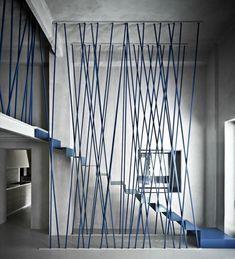 rambarde escalier design métallique colorée en bleu et décor blanc