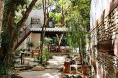 To bajkowe miejsce znajduje się w sercu Playa del Carmen w Meksyku, powstało z pasji i miłości jego założycieli Angie Rodriguez i jej męża Alexis Scharera. Oboje mają doświadczenie w branży hotelarskiej i po dziewięciu latach zdecydowali się zrealizować swoje marzenie o własnym hotelu. Hotel La Semilla jest zainspirowany filozofią Rough Luxe