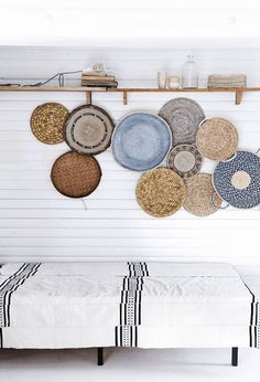 Love the baskets on the wall to tie the colours, indigo, grass and white together - Stylish Home Decorating Designs Deco Boheme, Room Decor, Wall Decor, Baskets On Wall, Woven Baskets, Decor Styles, Living Spaces, Sweet Home, New Homes