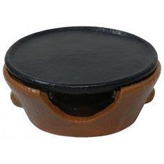 Churrasquero pieza fabricada con barro refractario de total garantia compuesta por plato y soporte. Para cocinar y poner al punto los alimentos.
