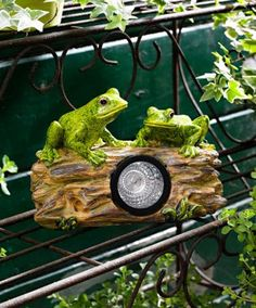 This froggy garden light has an extra surprise for you! The frogs, seemingly spontaneously, begin to croak when someone passes by! As dusk sets in, the light turns on automatically, creating lovely ambient lighting. Made in artificial stone. Dim.: 20 x 14 x10 cm.