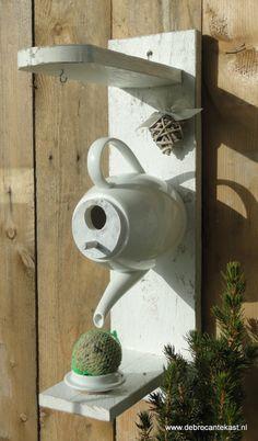 Maak van uw tuin een waar hotel voor de gevleugelde vriendjes!  Home is Where the Heart is! Voeder/Vogelhuis Theepot!  In de oorspronkelijke deksel van de theepot kunt u water of vogelvoer doen. Onderaan de plank is een haakje bevestigd om een vetbol of pindazakje aan te hangen.Onze vogelhuisjes worden met de hand gemaakt van sloop/steigerhout! Ieder voeder/vogelhuis is dus uniek.