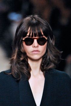 We love the juxtaposition of sleek curls with broken-up bangs. #refinery29 http://www.refinery29.com/fall-beauty-color-trends#slide-20