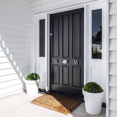 Scyon Linea Weatherboards perfectly complement this grand Hamptons home entrance.