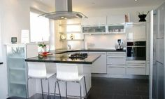 weiße Küche mit Theke